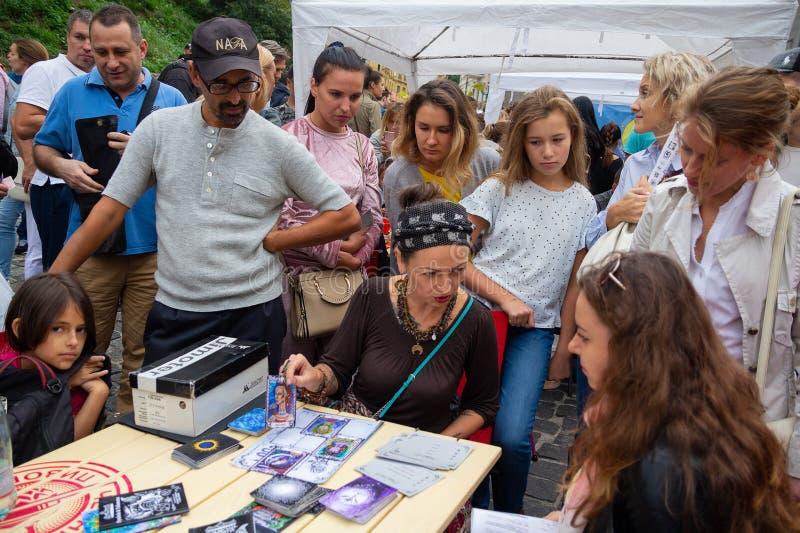 Kiew, Ukraine - 9. September 2018: Wahrsager entdeckt das Mädchen auf den Karten stockfoto