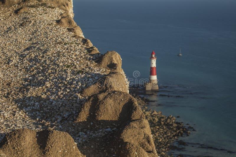 Kiezelachtig Hoofd, East Sussex - klippen, vuurtoren, een blauwe overzees royalty-vrije stock afbeeldingen