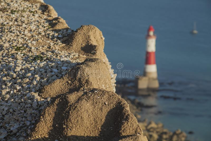Kiezelachtig Hoofd, East Sussex, Zuid-Engeland, Europa - klippen, vuurtoren, een blauwe overzees stock afbeeldingen