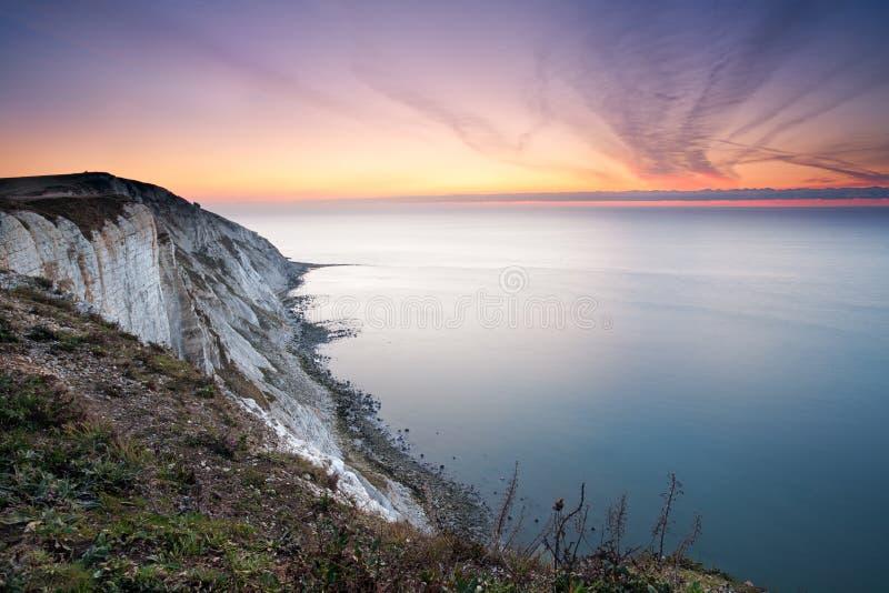 Kiezelachtige Hoofd, kleurrijke dageraad over het overzees stock foto