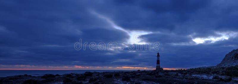 Kiezelachtige Hoofdvuurtoren bij zonsondergang in het blauwe uur - gestikt panorama dat met HDR wordt verwerkt - East Sussex, het stock foto's
