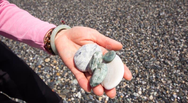 Kiezelsteen op Vrouwelijke Hand stock afbeeldingen