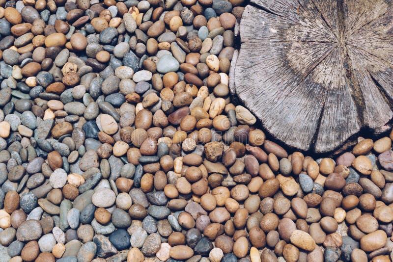 Kiezelsteenstenen en gestempeld beton op de vloer stock foto's
