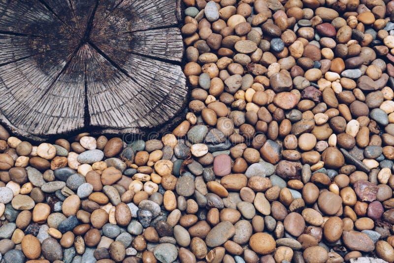 Kiezelsteenstenen en gestempeld beton op de vloer stock foto
