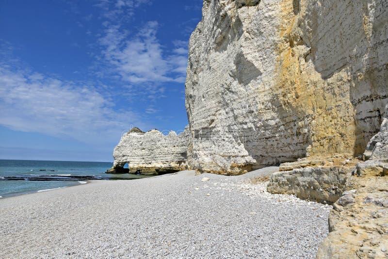 Kiezelsteenstrand en Witte Klippen van Etretat, Normandië, Frankrijk stock afbeelding