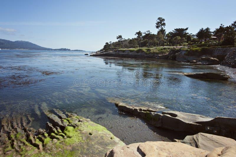 Kiezelsteenstrand langs de Monterey-Baai stock foto