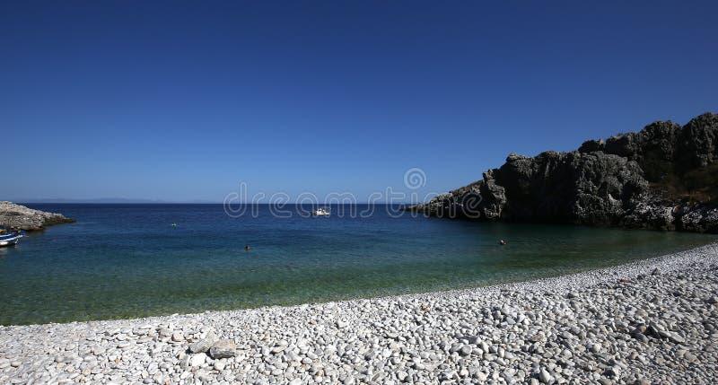 Kiezelsteenstrand van Kokkala-dorp, de Peloponnesus, Griekenland stock fotografie