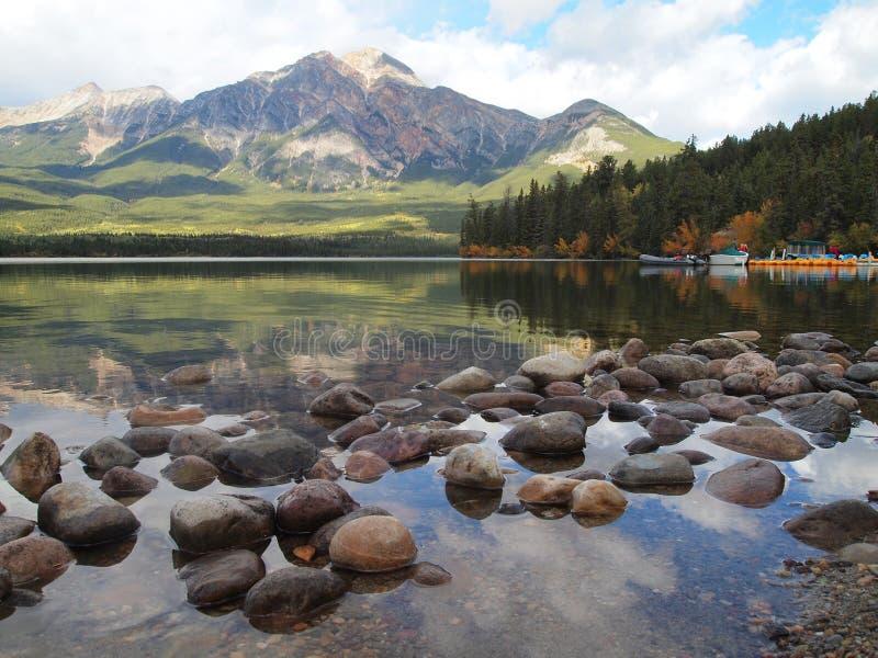 Kiezelstenen in Bergmeer, Jasper National Park stock foto's