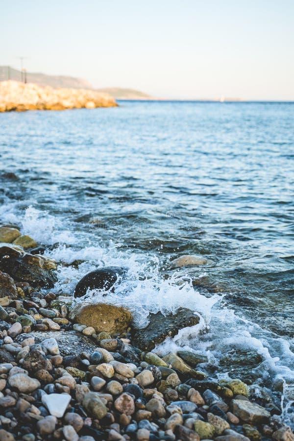 Kiezelstenen en golven royalty-vrije stock afbeeldingen