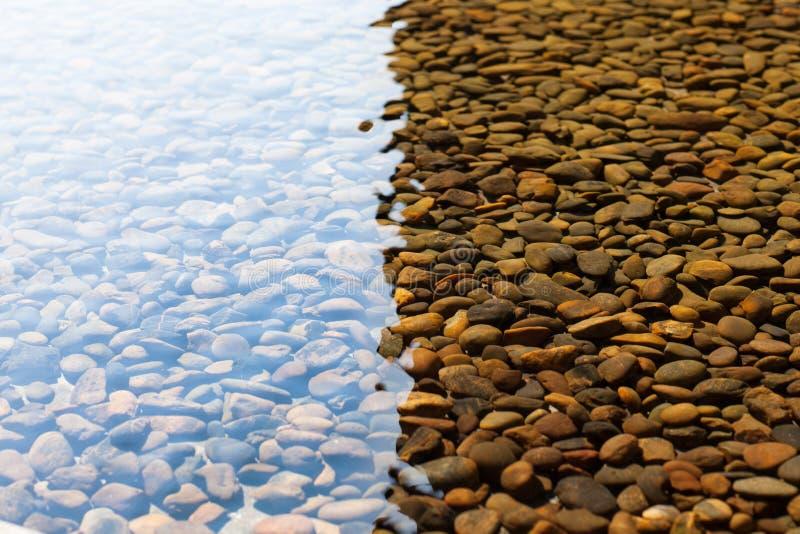 Kiezelstenen onder water royalty-vrije stock afbeeldingen