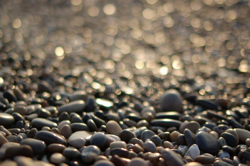 Kiezelstenen op een strand stock afbeeldingen