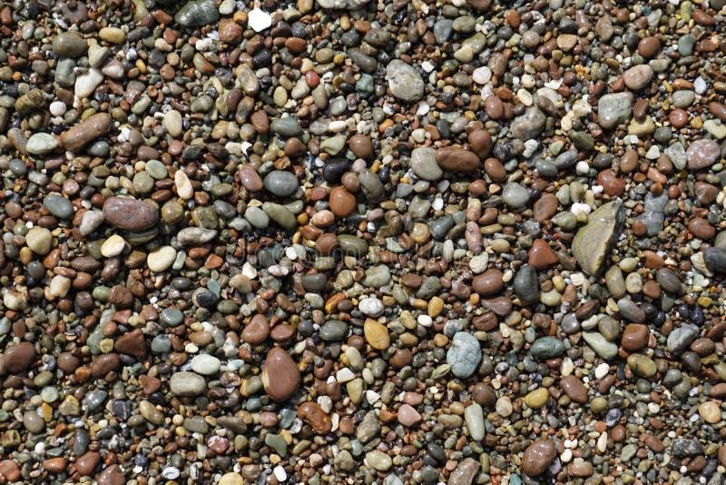 Kiezelstenen op een strand stock foto's