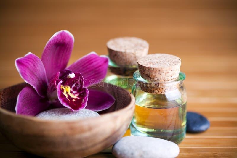Kiezelstenen, orchidee en oliën royalty-vrije stock foto