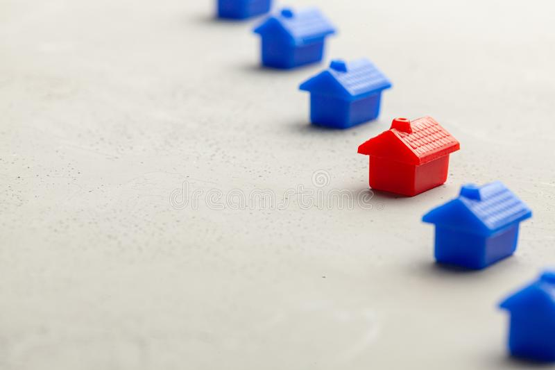 Kiezend juiste onroerende goederen om huis te kopen of te huren Hoe te om nieuw huis te vinden Exemplaarruimte voor tekst royalty-vrije stock foto