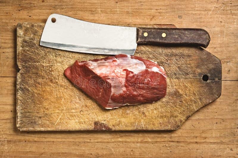 Kife del macellaio e carne grezza fotografie stock