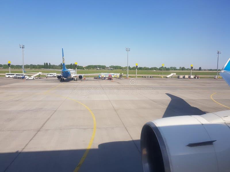 Kijów, Borispol, Ukraina - 20 maja 2018: widok z okna samolotu na lotnisku obraz royalty free