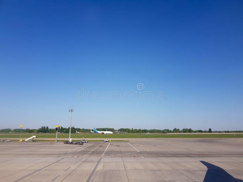 Kijów, Borispol, Ukraina - 20 maja 2018: widok z okna samolotu na lotnisku fotografia stock