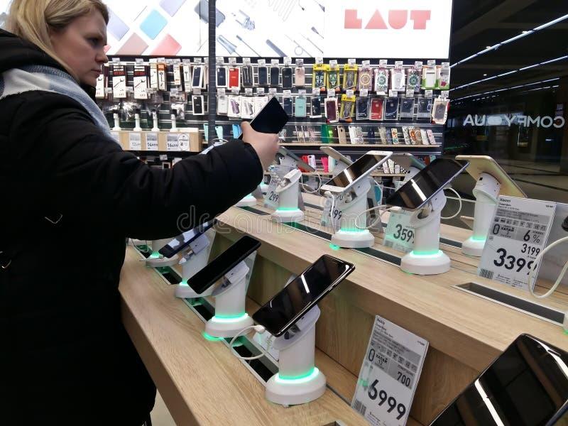 Kijów, Marzec 6, 2018, Ukraina Nabywca wybiera smartphone na kontuarze w jeden elektronika supermarkety w Kijów zdjęcie stock