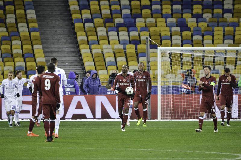 KIJÓW, UKRAINA - DEC 06: Gracze futbolu Besiktas po brakuję fotografia royalty free