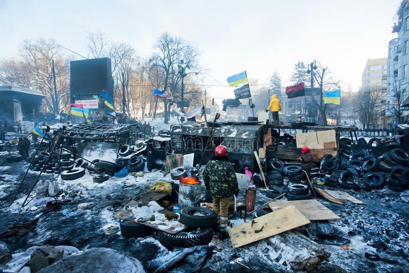 KIJÓW, UKRAINA: Grupa strażnicy wywrotowiec barykaduje pozycję blisko jednostek specjalnych na śnieg rujnującej ulicie obrazy royalty free