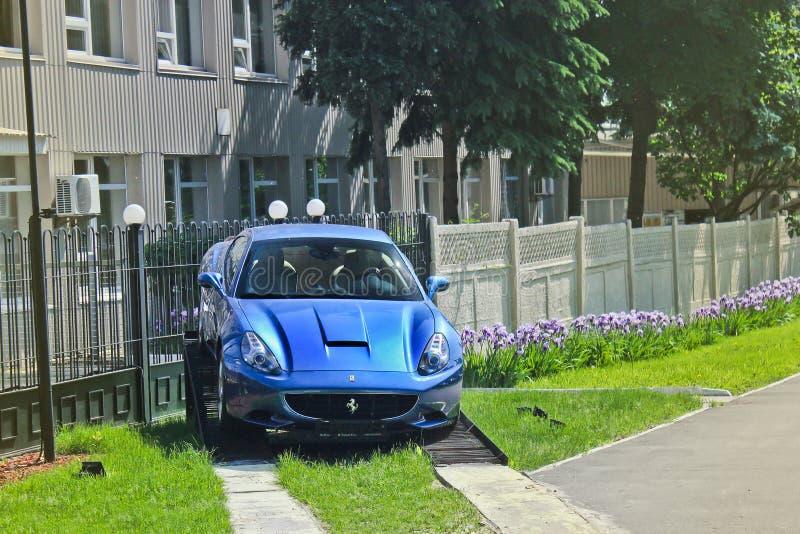 Kijów, Ukraina Kwiecień 2, 2014 Ferrari Kalifornia w Kijowskim Motorowym przedstawieniu Błękitny supercar obrazy stock