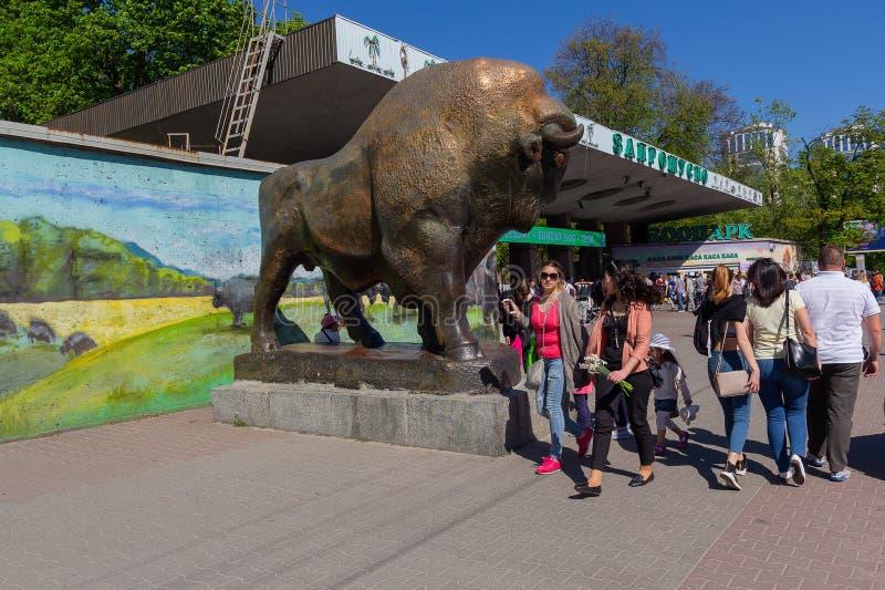 Kijów Ukraina, Kwiecień, - 30, 2018: Ludzie z rodzinami iść zoo zdjęcia stock