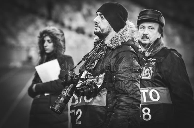 KIJÓW UKRAINA, Listopad, - 29, 2018: Fotoreporter z kamerą pracuje podczas uefa europa league dopasowania między Vorskla Poltava zdjęcie stock