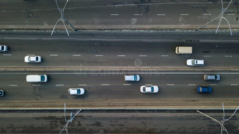 Kijów, Ukraina - Luty 02,2018: Widok z lotu ptaka drogowy samochodu ruch drogowy wiele samochody, transportu pojęcie obrazy royalty free