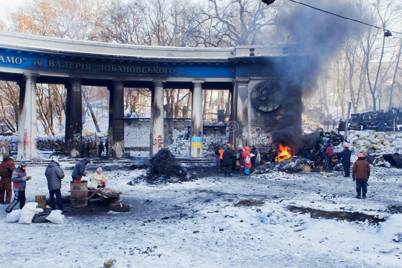 KIJÓW, UKRAINA: Mężczyzna i kobiety w militarnych przekładnia strażnika barykadach na zniszczonej ulicie podczas antyrządowego pro zdjęcia stock