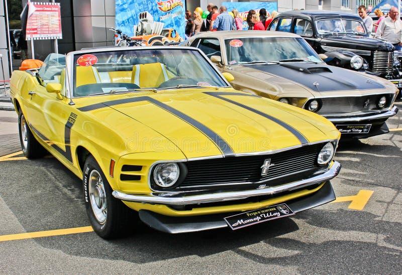 Kijów, Ukraina Maj 25, 2013 1970 Ford Mustanga Szef 302 gorące koła obrazy royalty free