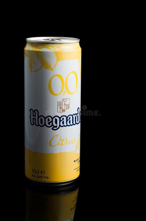 Kijów Ukraina, Marzec 16 2019, -: Bezalkoholowy napój hoegaarden cytrusa w piwnej puszce z odbiciem w szkle na czarnym tle obraz royalty free