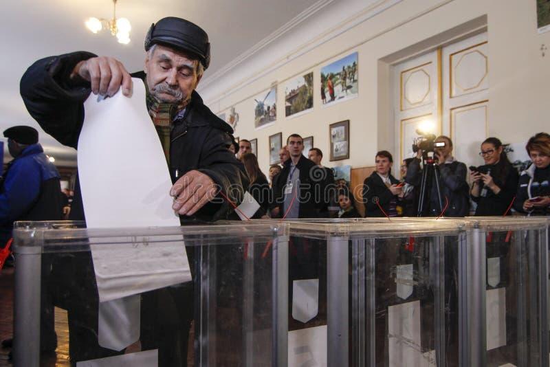 KIJÓW UKRAINA, Październik, - 25, 2015: Regularnie dołączeni wybór lokalny w Ukraina obrazy royalty free