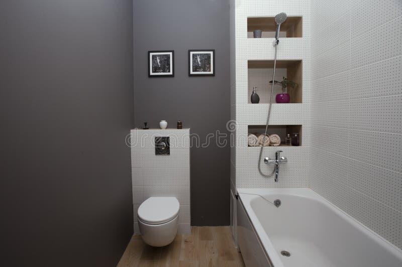 KIJÓW UKRAINA, Sierpień, - 22, 2016: wnętrze łazienka z małym obszarem z białą płytką szarość malować ścianami i fotografia royalty free