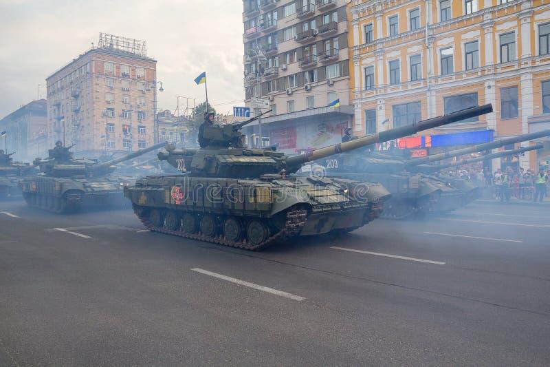 Kijów Ukraina, Sierpień, - 19, 2018: Zbiorniki Ukraiński wojsko na próbie militarna parada fotografia stock