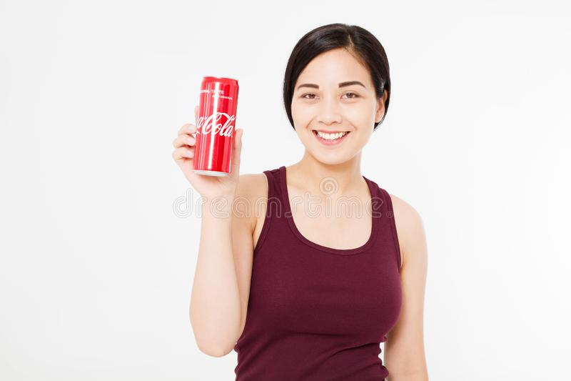 KIJÓW, UKRAINA - 06 28 2018: Szczęśliwy azjata, koreański seksowny kobieta chwyta koka-koli słój słodka woda Illustrative artykuł obrazy stock