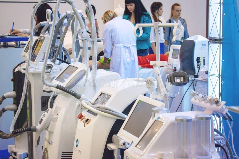 Kijów, Ukraina – 19 Wrzesień, 2018: Różnorodna Wielofunkcyjna laserowa maszyna, kosmetologia przyrząd, wyposażenie dla piękno kli zdjęcia stock