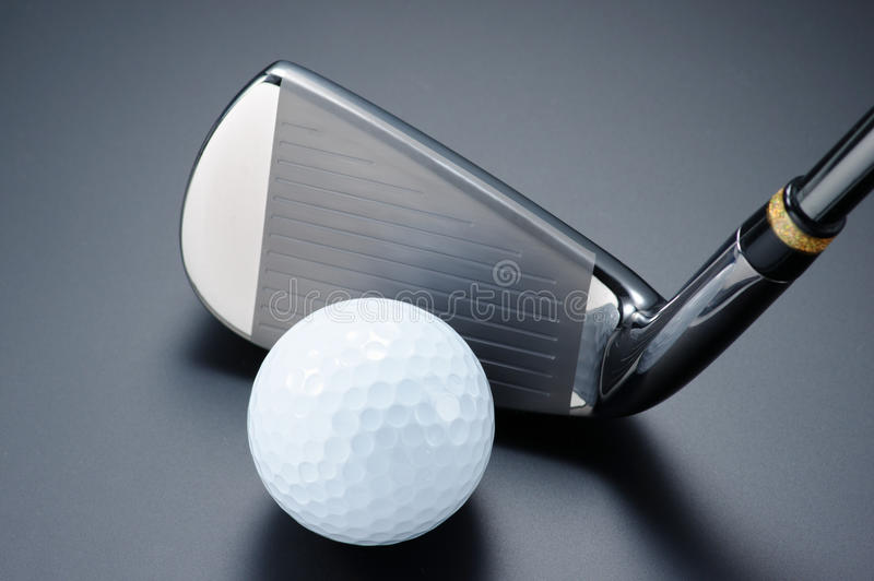 Kij golfowy i piłka. zdjęcia stock