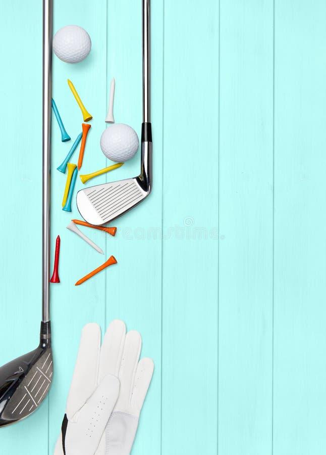 Kij golfowy, piłka golfowa, golfowa rękawiczka i trójniki na drewnianej bazie w turkusie, ilustracja wektor
