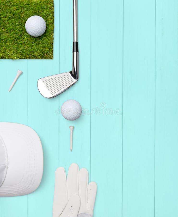 Kij golfowy, pi?ka golfowa, golfowa r?kawiczka i tr?jniki na drewnianej bazie w turkusie, royalty ilustracja