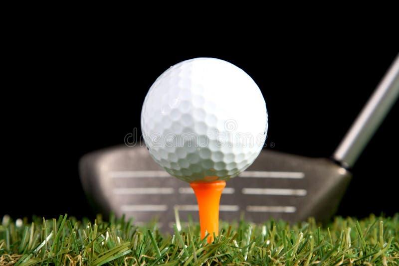 Kij golfowy przygotowywający uderzać piłkę golfową obraz stock