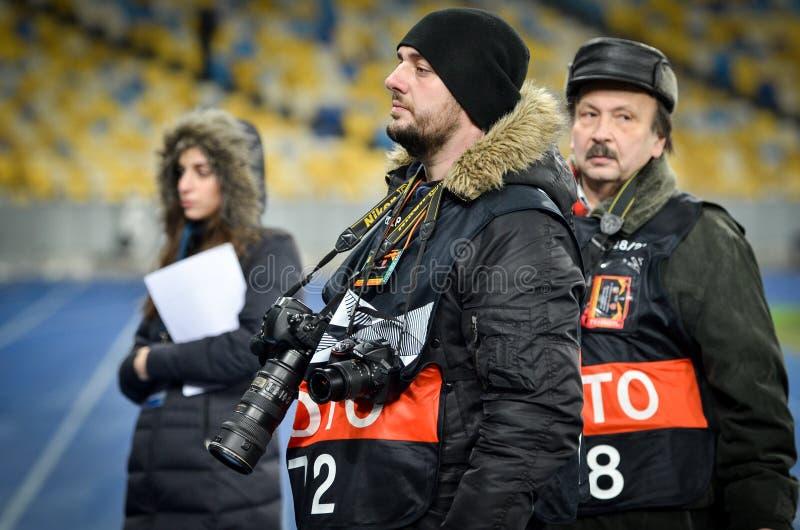 KIJ?W UKRAINA, Listopad, - 29, 2018: Fotoreporter z kamer? pracuje podczas uefa europa league dopasowania mi?dzy Vorskla Poltava fotografia royalty free