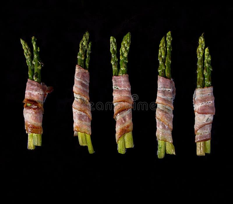Kije zawijający z bekonowym prosciutto baleronem zielony asparagus obrazy royalty free