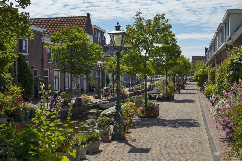 Kijfgracht, mały kanał w dziejowym cener Leiden miasto dekorował z kwiatami i roślinami obrazy royalty free