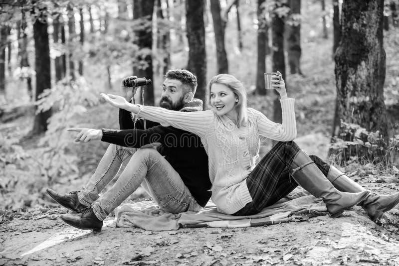 Kijk daar Samen in het park verzachten Een gelukkig liefdevol stel ontspannen in het park samen Een paar liefdestoeristen die ont stock foto's