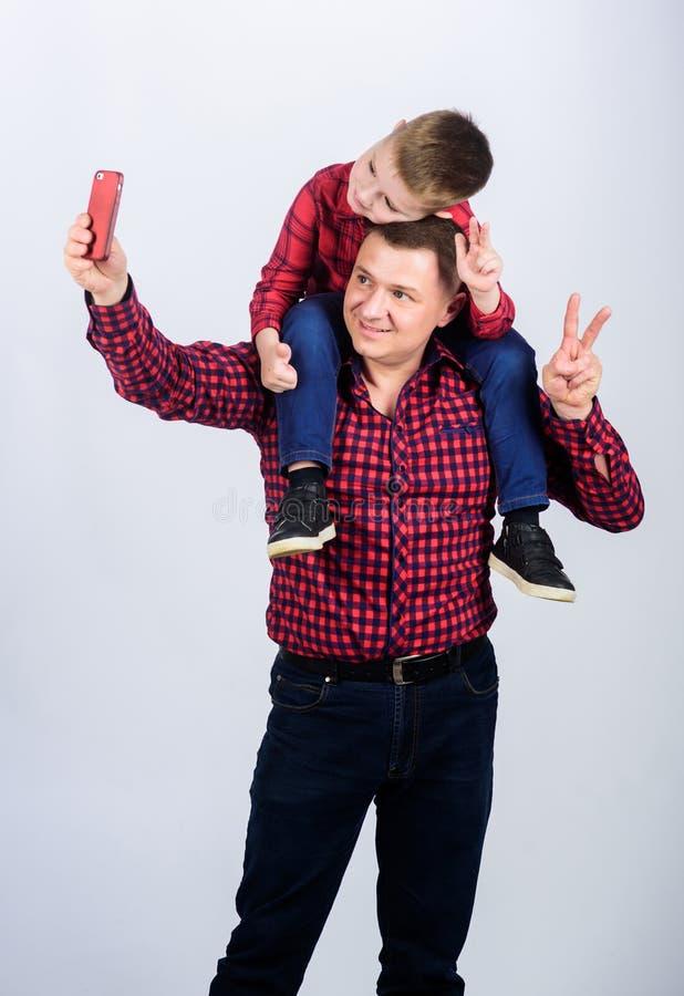 Kijk daarginds grappige selfie met vader kleine jongen met de papamens r Dit is dossier van EPS10-formaat stock fotografie