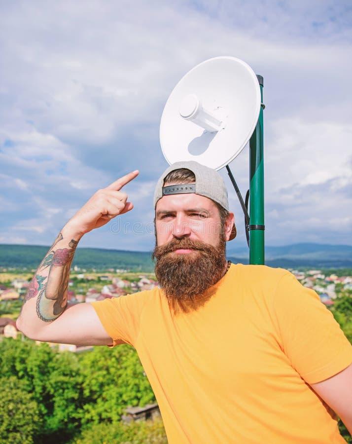 Kijk daarginds Hipster die vinger benadrukken Brutale mens in toevallige manierstijl die iets voorstellen Mens met lang stock fotografie