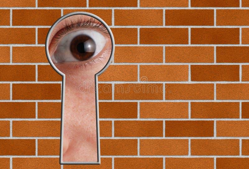 Kijk door een sleutelgat in steenmuur stock afbeelding