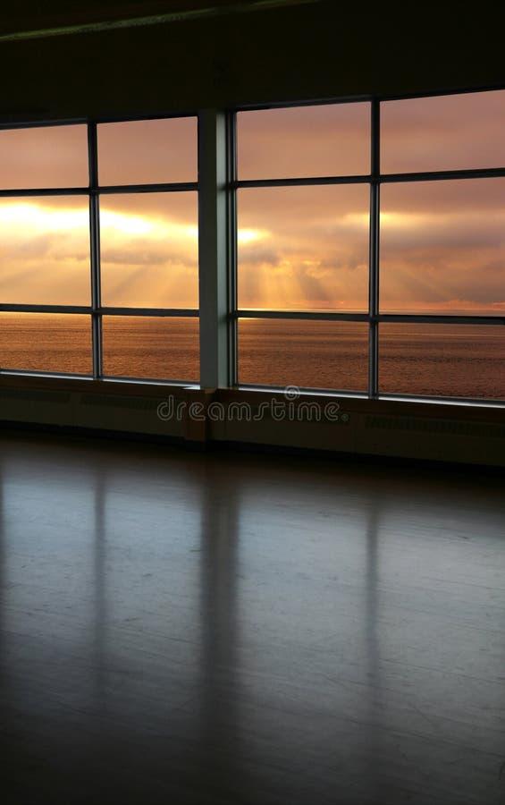 Kijk door een venster stock afbeeldingen