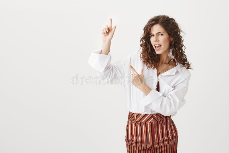 Kijk ja hier Portret van zekere knappe Europese vrouw met krullend haar, staren zelf-verzekerd bij camera terwijl royalty-vrije stock foto