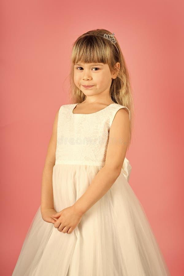 Kijk, kapper, make-up Kindmeisje in modieuze glamourkleding, elegantie Manier en schoonheid, weinig prinses weinig stock foto